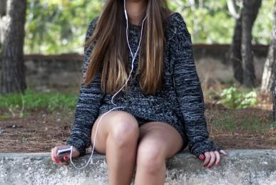 Paloma escuchando música en un iPod