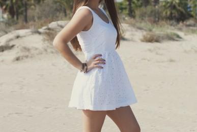 Paloma posando en la playa